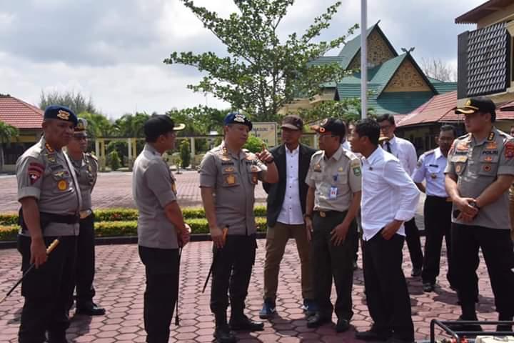 Kapolda Riau Irjen Pol Agung Setya Imam Effendi beserta Ketua DPRD Riau H. Indra Gunawan dan Kalaksa BPBD Kab. Bengkalis H. Tajul Mudarris